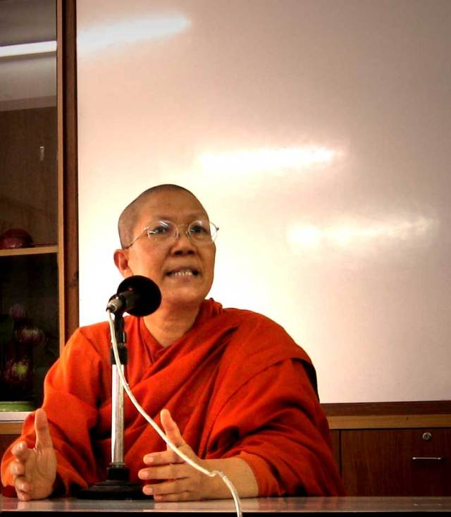 Bhikkhuni Dhammananda talking to the group